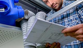 Hantverkare läser monteringsanvisning